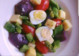 ensalada-fresca-de-tomate-huevo-queso-cheddar-y-patata-vitelotte